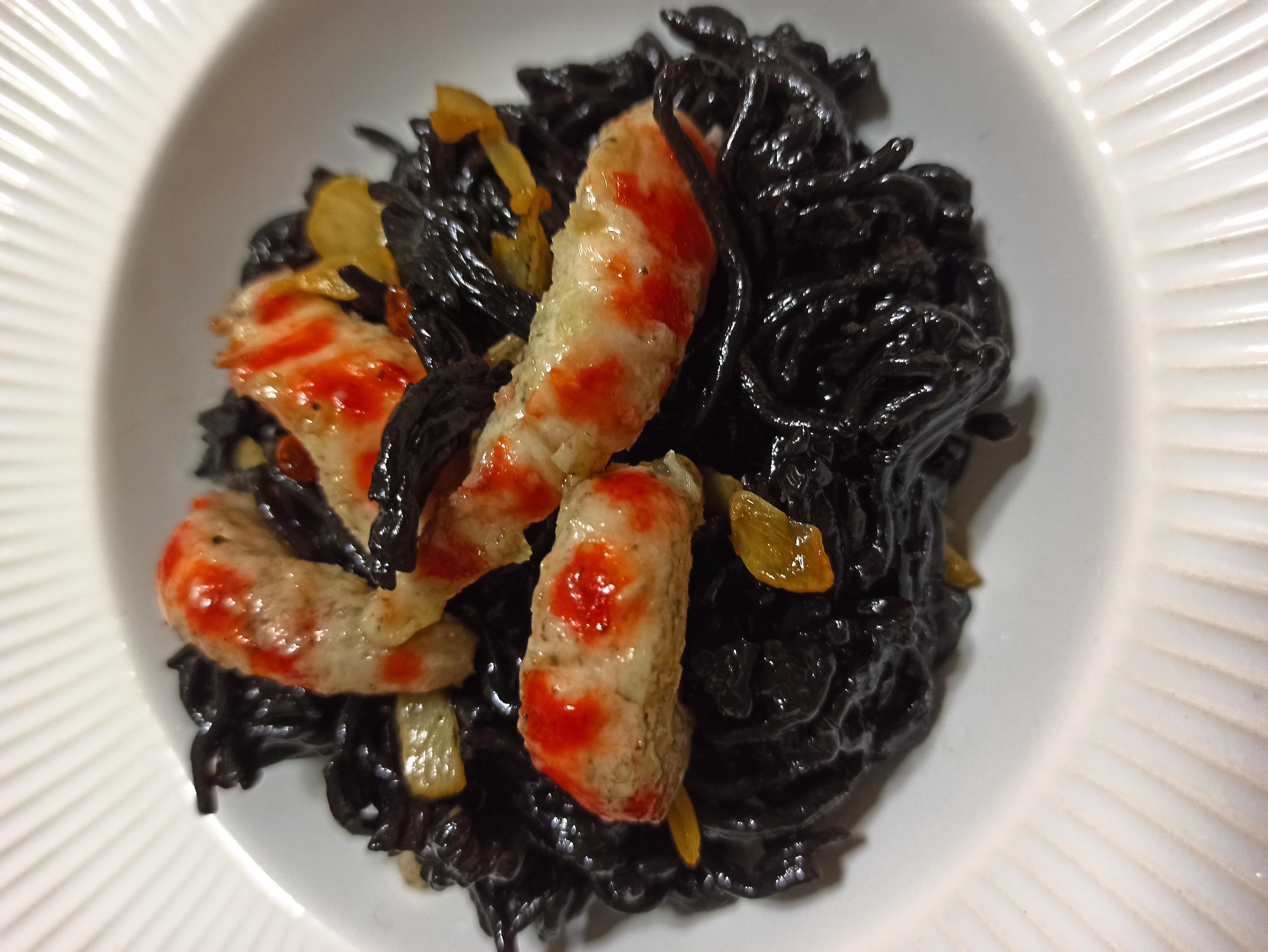 Espaguetis negros con gambas veganas